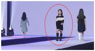 7岁甜馨进军模特圈?跟钟丽缇女儿同台走秀图1
