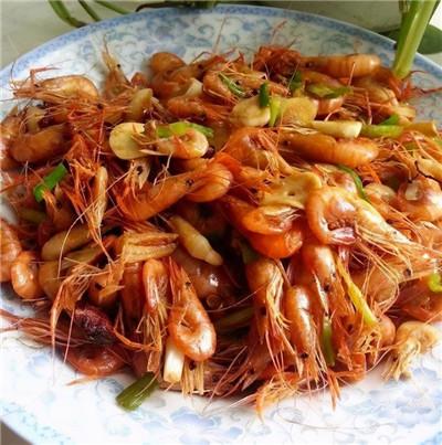 美食推荐:烧牛腩,爆炒小河虾,海带烧肉的做法图1