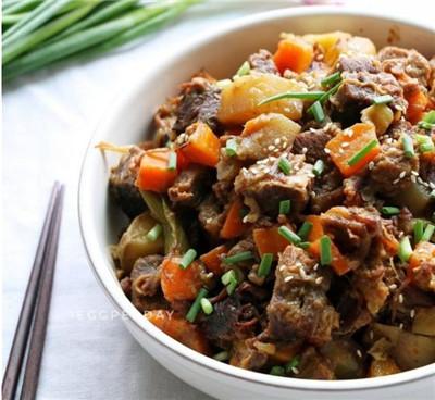美食推荐:烧牛腩,爆炒小河虾,海带烧肉的做法图3