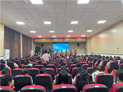 湘西龙山县第一芙蓉学校举行教师读书交流活动