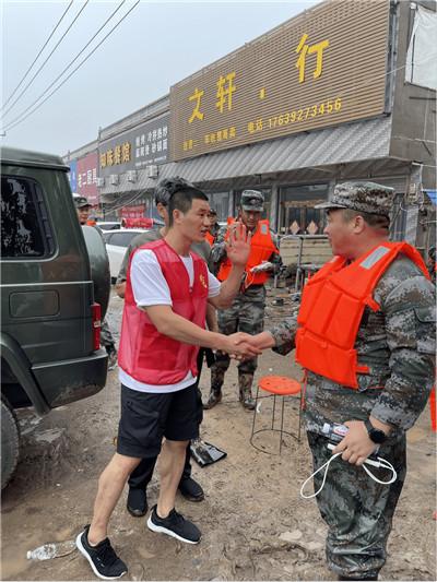 谢孟伟连夜驰援河南浚县捐赠五车物资 网友:首批支援一线的明星图3