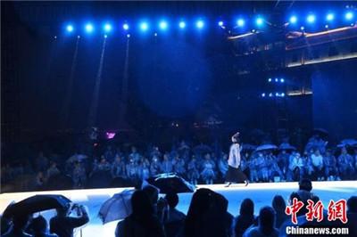 2021中国重庆国际时尚周:模特雨中进行时装秀